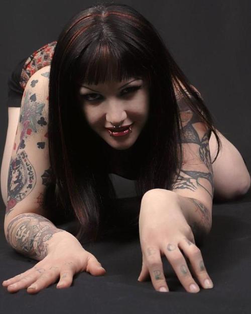 几张2b的外国纹身美女 竖