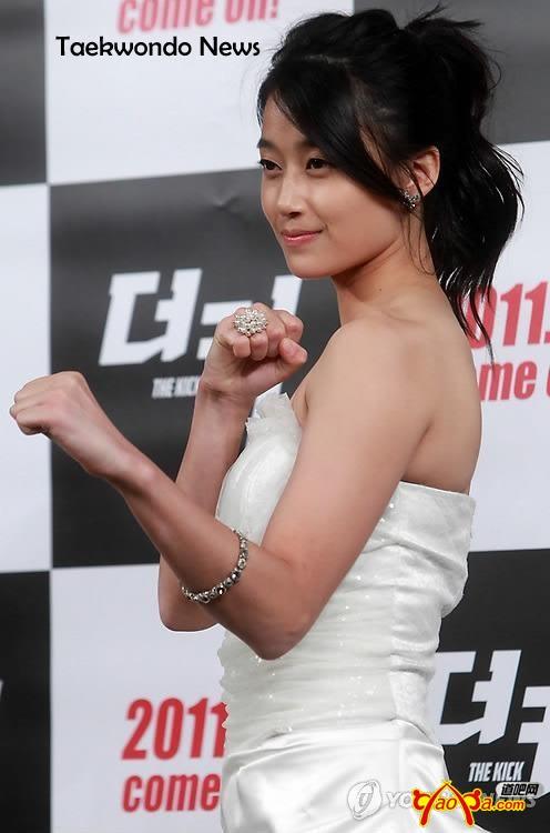 这个美女是韩国泰国合拍的电影《踢出一片天》中的女
