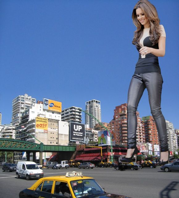 城市被美女踩在脚下
