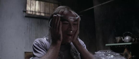 巴比用保鲜膜体验了一下窒息的感觉