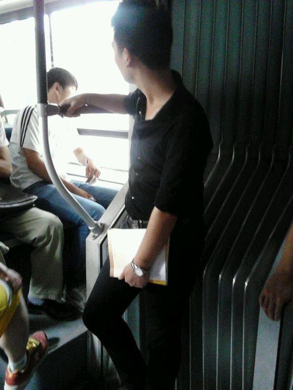 公交车上遇见一帅哥.偷偷拍了个侧面滴图片