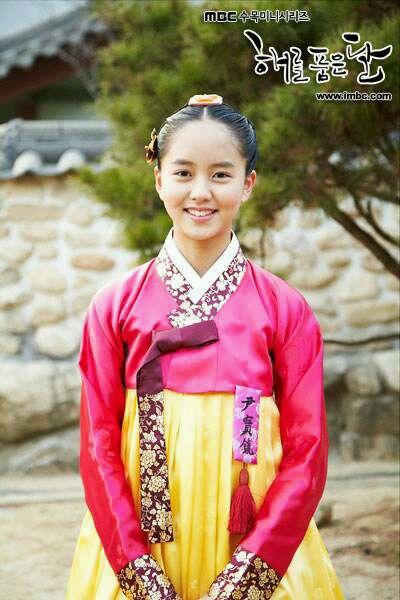 她是 《拥抱太阳的月亮》里的尹宝镜-金素贤 你是韩星潜力股 韩剧吧