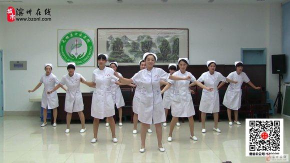 咱无棣中医院美女护士大跳广场舞《小苹果》很火爆