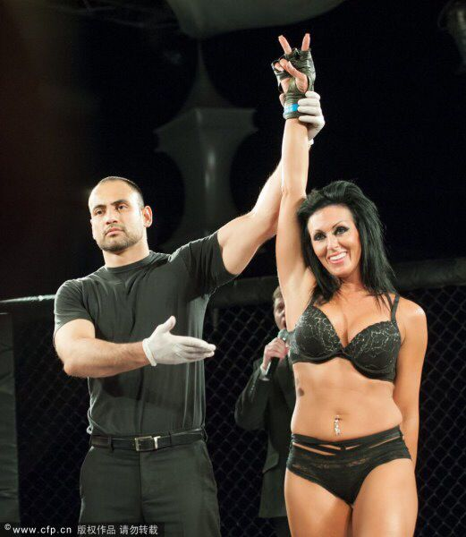 美国举办内衣摔角赛 众美女香艳肉搏
