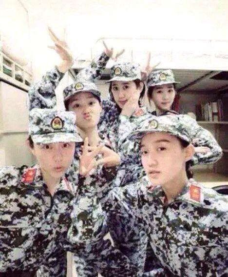 中戏一组美女军训服照片走红