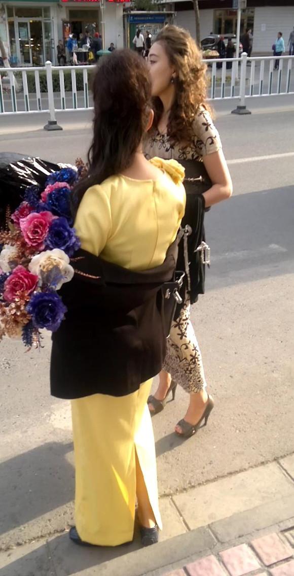 0975原创街拍184 偶遇穿旗袍高跟等车的维族漂亮美眉