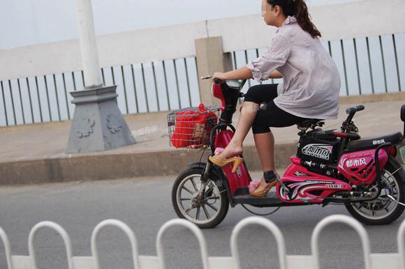 你对骑电动车翘二郎腿什么看法