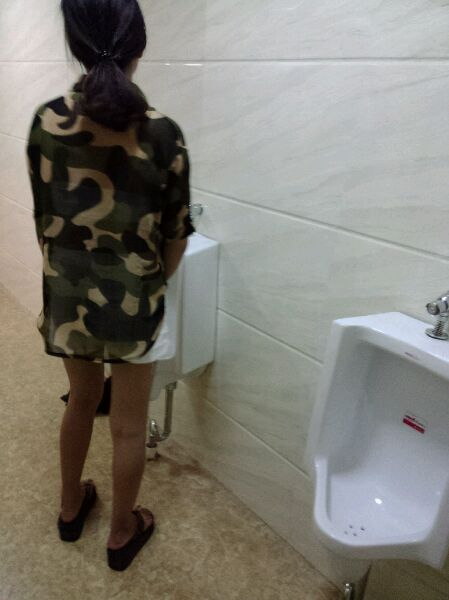 偷拍一美女上厕所