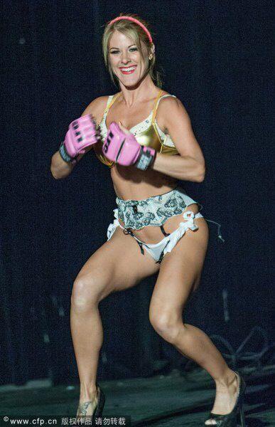 美国举办内衣摔角赛 众美女香艳肉搏 竖