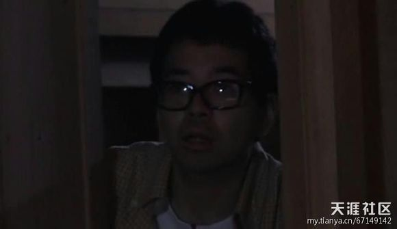 男子被脑勺掏空视频_香苗发现了走进来的眼镜男,持枪顶着他的后脑勺:Who are you?