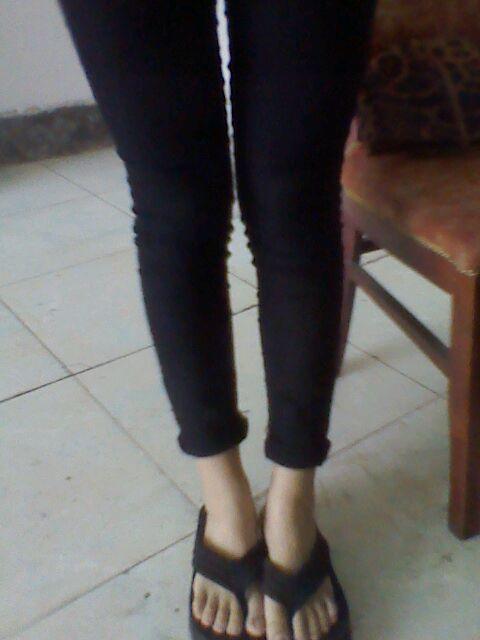 我想知道黑色裤子配什么衣服好看