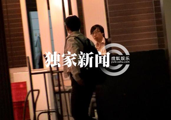独家:段奕宏与助理回京 看路牌心急找厕所http://pic.yule.sohu.高清图片