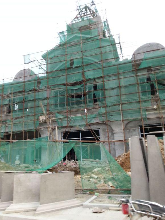 房子盖到什么程度了,落架没?外墙瓷砖颜色如何?立面好看不?这高清图片