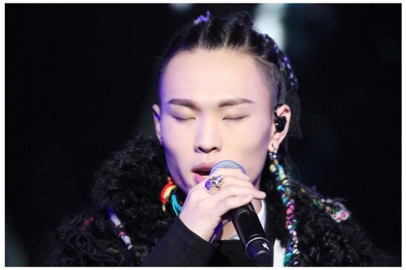 留着长发的男歌手图片