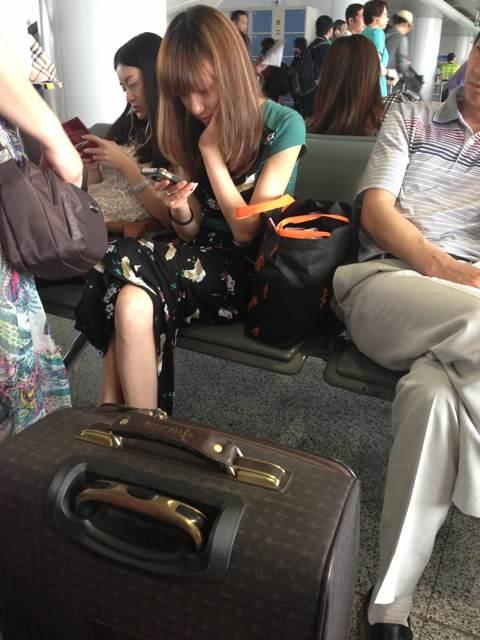 灰机场坐对面的美女
