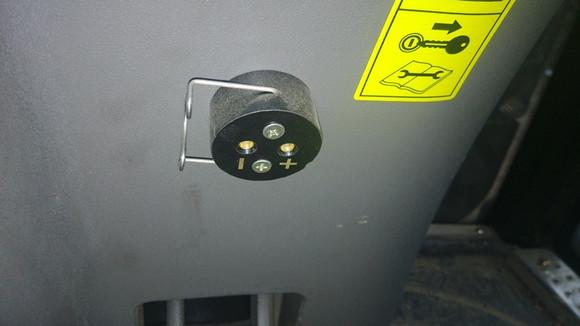 新提的雷沃1104,求大神那个插座该怎么改成点烟器 拖拉机高清图片