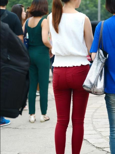 公园红色紧身裤美女 街拍靓女吧