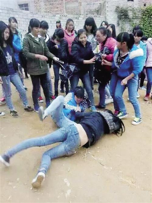 宾阳初中女生打群架