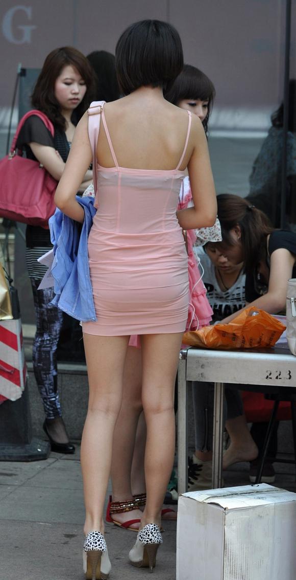 紧身超短裙美女 街拍第一区吧
