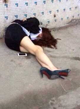 美女喝醉倒大街上了!