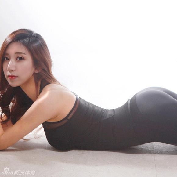 韩国美女健身教练秀身材