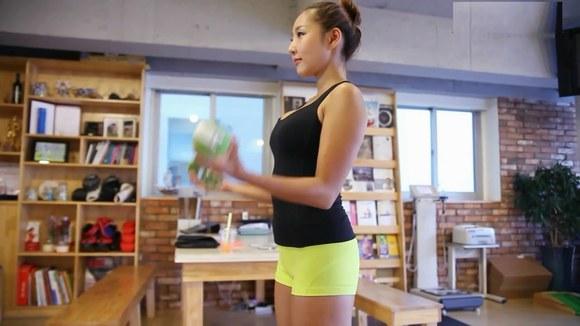 美女健身教练教你