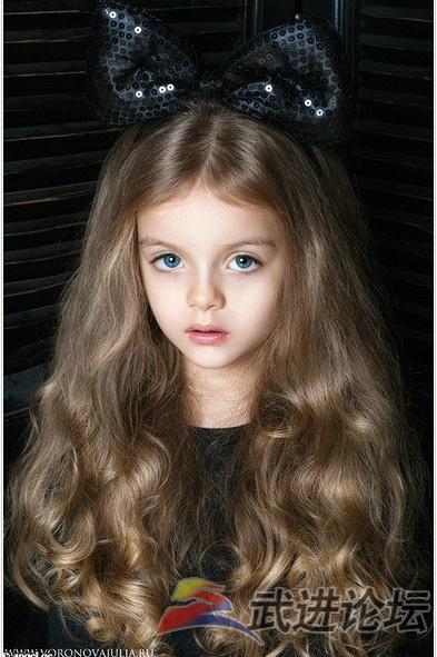 """女孩米兰·库尔尼科娃很像商店里卖的""""芭比""""娃娃"""