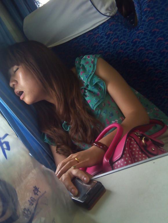 现在火车上 爆一张美女睡觉照片