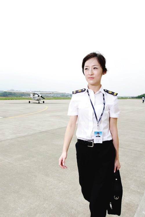 年仅26岁的中国西部首位客机女飞行员赵楠