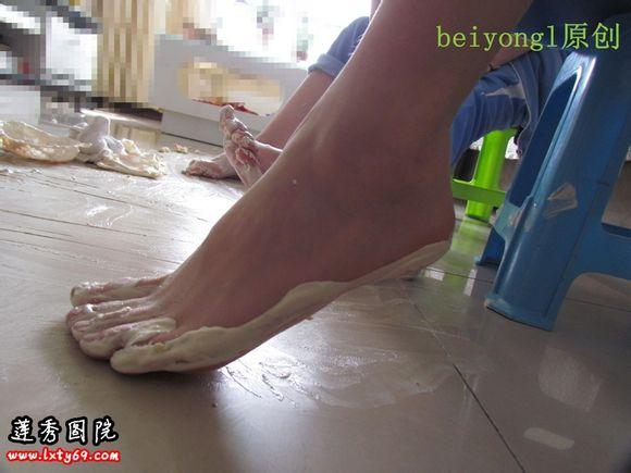 脚丫丫沾满奶油 之后踩自己的袜袜