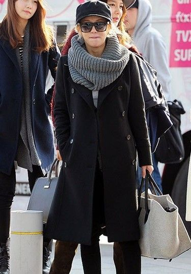 黑色双排扣呢子大衣 黑色紧身长裤 运动鞋 灰白色手提包 灰色针织围脖图片