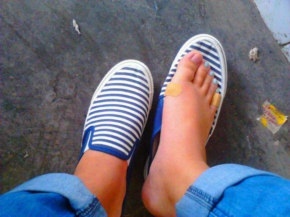 女生穿帆布鞋脚臭么!