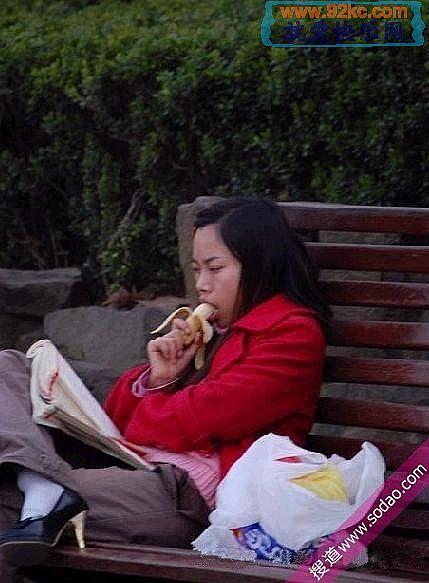 美女吃香蕉 很诱人的哦!