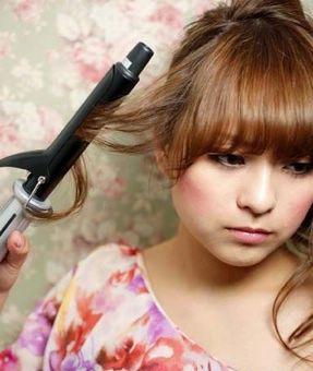 今天烫头发的时候,把用卷发棒把额头给烫伤了.这里有一小块红红的.图片