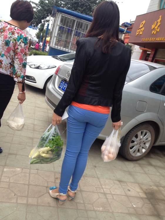 一路跟拍蓝色打底裤的女人