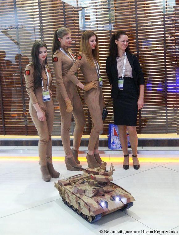 【不会是在义乌买的吧】印度防展上俄军工请美女玩