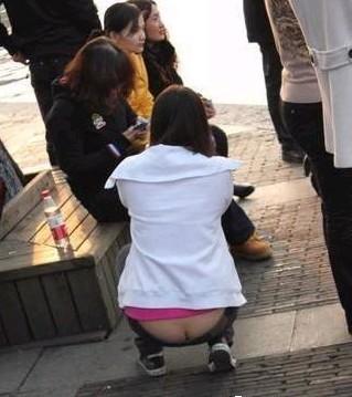 低腰裤超低腰裤美女女人穿低腰裤的照片蹲下的美女伤