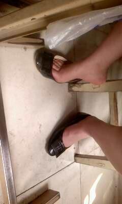 二中的女生都忒恶 上着课就敢晾脚丫子