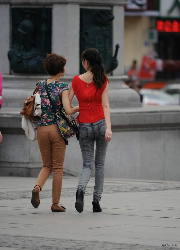越秀区东风中路街拍灰色紧身牛仔裤美女