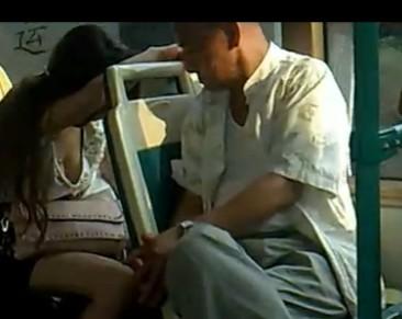 【视频】美女公车上睡觉露低胸