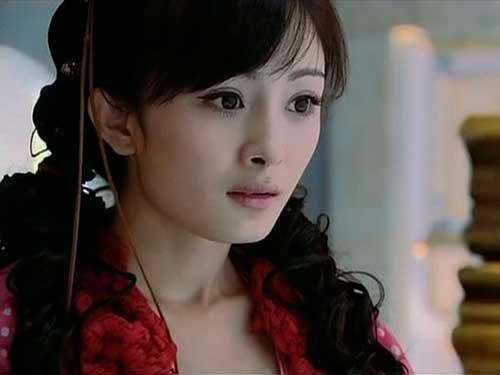 )中国女演员、歌手.出生于北京.毕业于北京电影学院表演系2005
