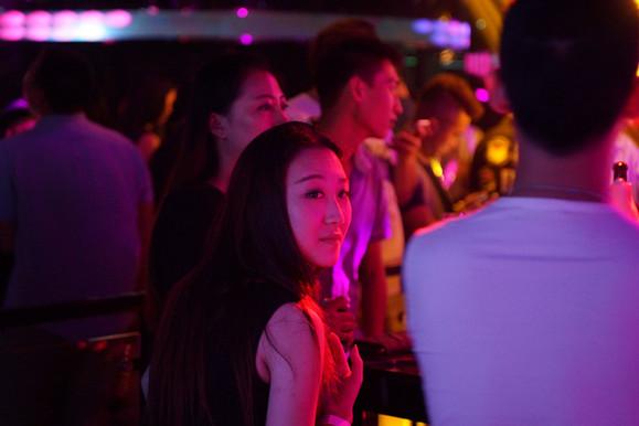 真实拍摄:成都夜场舞池的美女们!