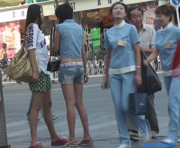 街拍抽烟热裤美眉