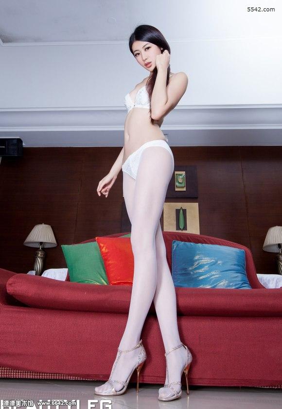 内衣美女flora家中穿着高跟白丝秀身材