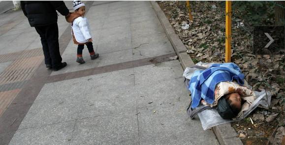 图片故事:被捆绑的童年