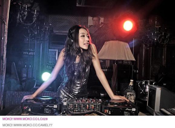 转贴:性感美女dj candice酒吧夜店打碟现场视频