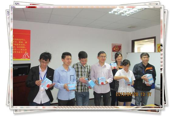 人事总监甘欣(右一)为4月过生日的员工发送生日礼物图片