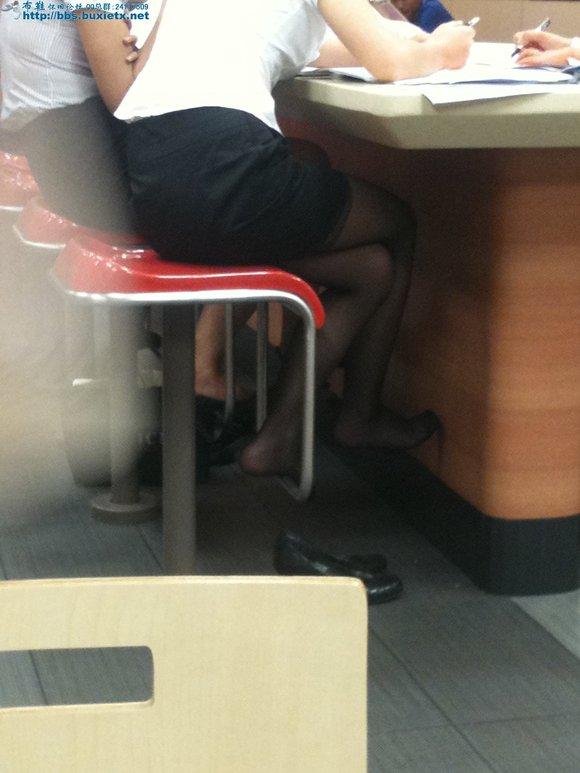 制服黑丝美女脱高跟露出丝袜脚