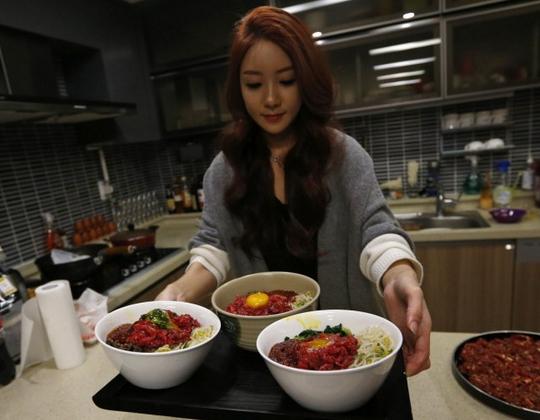 韩国女子网上直播吃饭