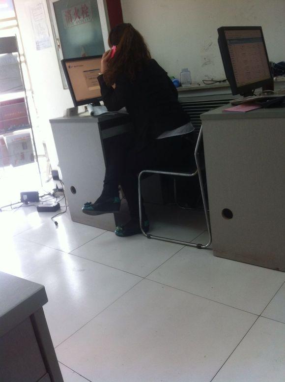 同事美女丝袜脚 性感